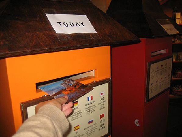 На почте Санты есть два почтовых ящика: если кинуть письмо в жёлтый, то оно будет отправлено в этот же день, а если в красный - то в конце декабря текущего года.