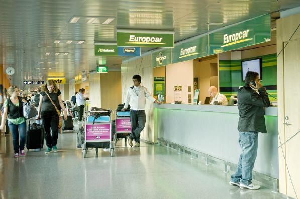 Взять машину напрокат можно прямо в аэропорту, это быстро и удобно.