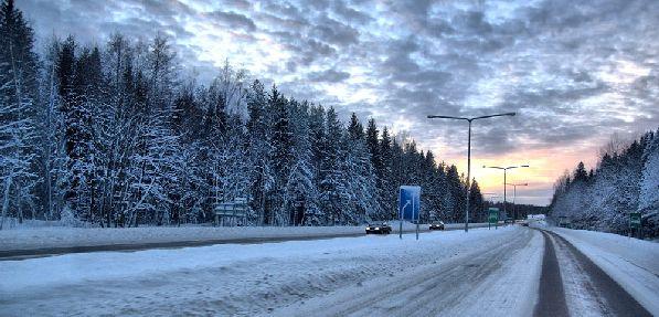В холодное время года дороги могут быть очень скользкими, поэтому ехать следует очень аккуратно.