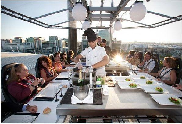 Во время проведения фестиваля на центральной площади действует парящий на высоте 50 м. ресторан ''Ужин в небе''.