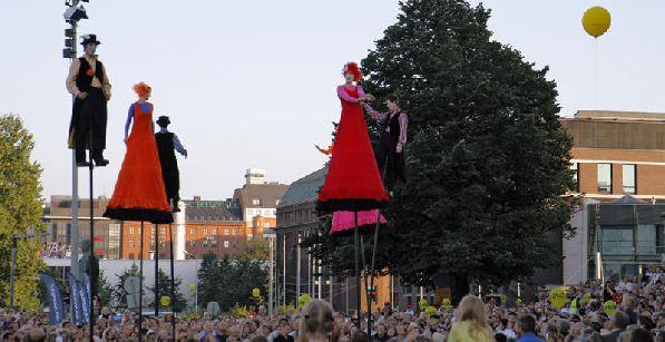 ''Helsingin juhlaviikot'' длится ровно две недели, в течение которых его зрители становятся свидетелями театральных выступлений, музыкальных концертов, дискуссий, ярмарок и выставок.