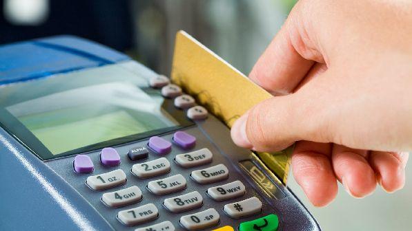 Не обязательно везти c собой много налички, можно расплачиваться за товары/услуги банковской картой.