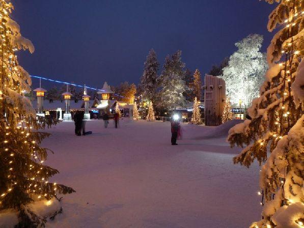 Вечером зажигается иллюминация, и всё вокруг начинает переливаться разноцветными огоньками, создавая праздничное настроение.