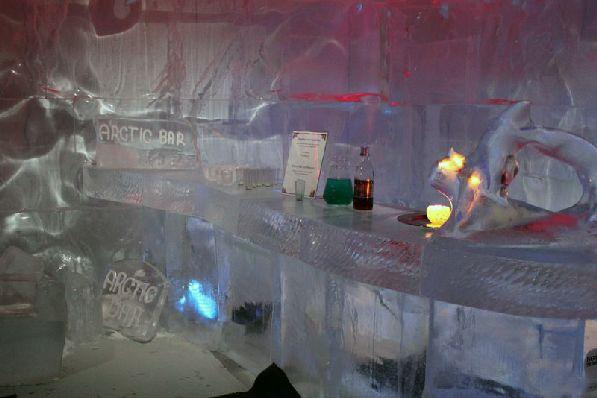 В Ледяном Баре за дополнительную плату Ледяная Принцесса угостит вас вкусными напитками.