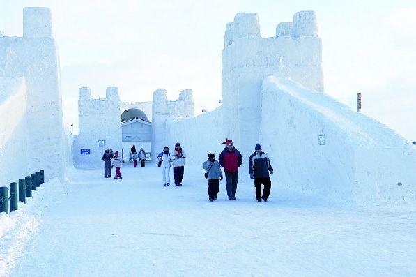 По территории замка всегда гуляет народ.