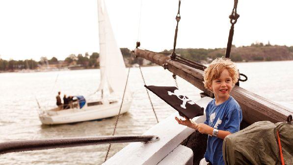 Путешествие на остров Васки на настоящем пиратском корабле - это просто незабываемо!