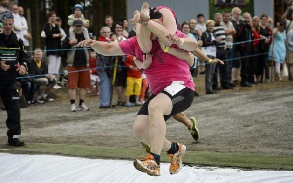 Соревнование по переноске жён - это очень забавное зрелище!