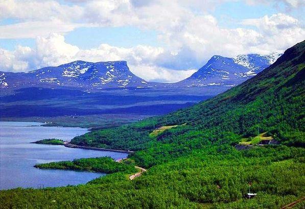 Кое-где на высоких горных склонах еще видны островки снега, но в целом в июне в северных областях очень зелено.