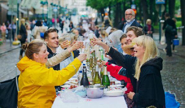 В Helsinki Day народ пирует прямо на улицах.