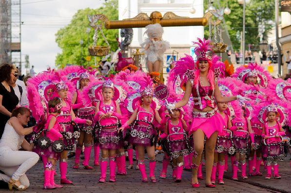 Карнавал Самбы - это мини-версия знаменитого карнавала в Рио-де-Жанейро.