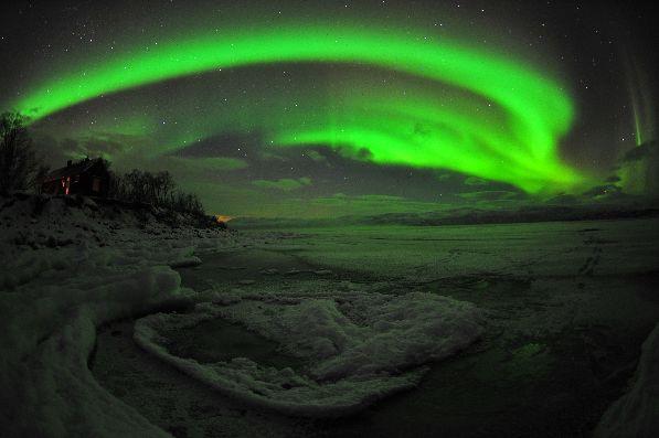 Аврора Бореалис - таинственное свечение небес, расцвечивающее небо своими завораживающими всхолыхами.