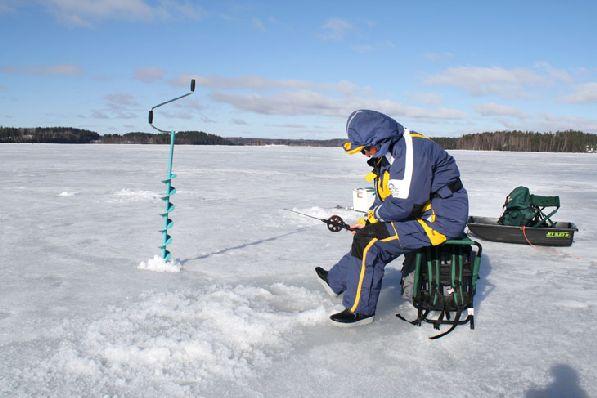 Несмотря на холод, подлёдная рыбалка пользуется большой популярностью.