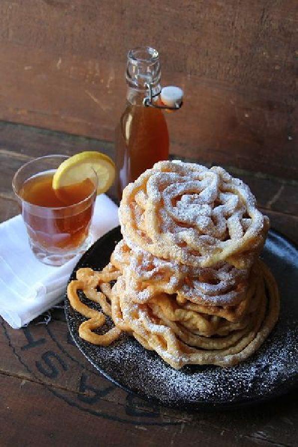 Традиционное угощение в день Ваппу - ''хворост'' и медовуха ''сима''.