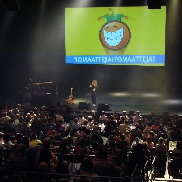 На открытии фестиваля комедийных миниатюр ''Tomatoes'' зал всегда полон зрителями.