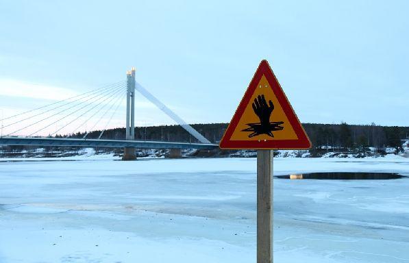 На потенциально опасных участках обычно устанавливают вот такой знак.