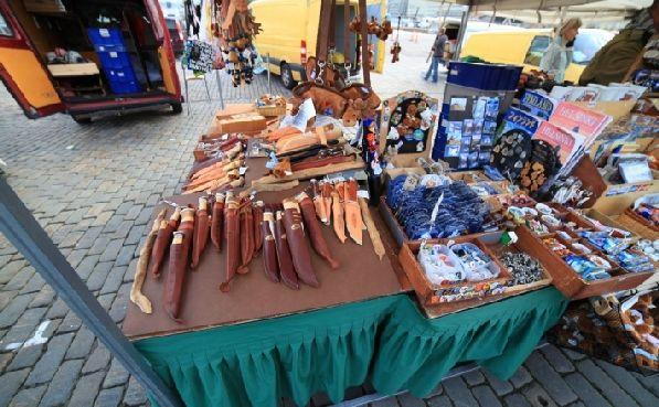 Недорогие ножи продаются на уличных лотках, рядом с сувенирами.