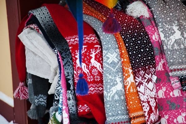 Ещё один ''тёплый презент'' из Финляндии - вязаные носочки с оленями.