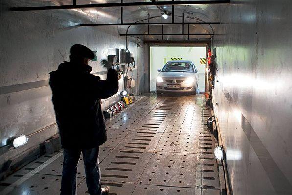 Его конструкция позволяет перевозить машины высотой до 2-ух метров.
