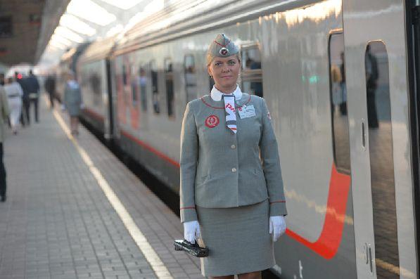 Фирменный поезд ''Лев Толстой'' на перроне.