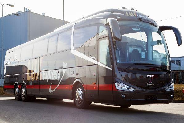 Автобусы компании ''Lux Express Group'' отправляются ежедневно от Автовокзала №2 (наб. Обводного канала, 36, Петербург) и едут до Хельсинки,  поездка длится около 7.5 часов.