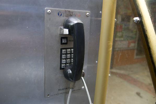 Осуществлять звонки можно из из уличных телефонных будок.